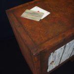 Meuble en carton décoration peinture effet rouille décoration